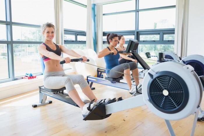 Chica ejercicio remo gimnasio